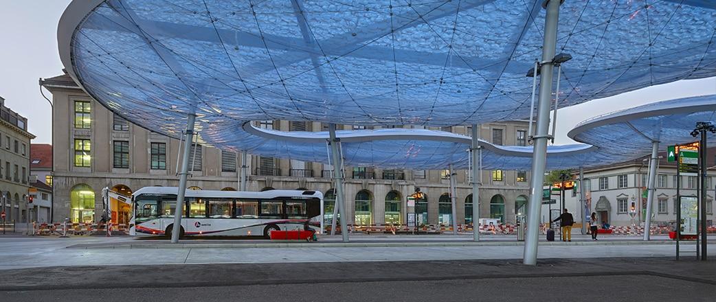 Die Form des Texlon® ETFE-Baldachins am Busbahnhof Aarau in der Schweiz wurde mit einer Wolke verglichen.