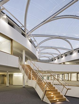 Aufgrund des niedrigen Gewichts der transparenten Kissen konnten die Architekten filigrane und extrem leichte Träger aus Stahl als Unterkonstruktion wählen.
