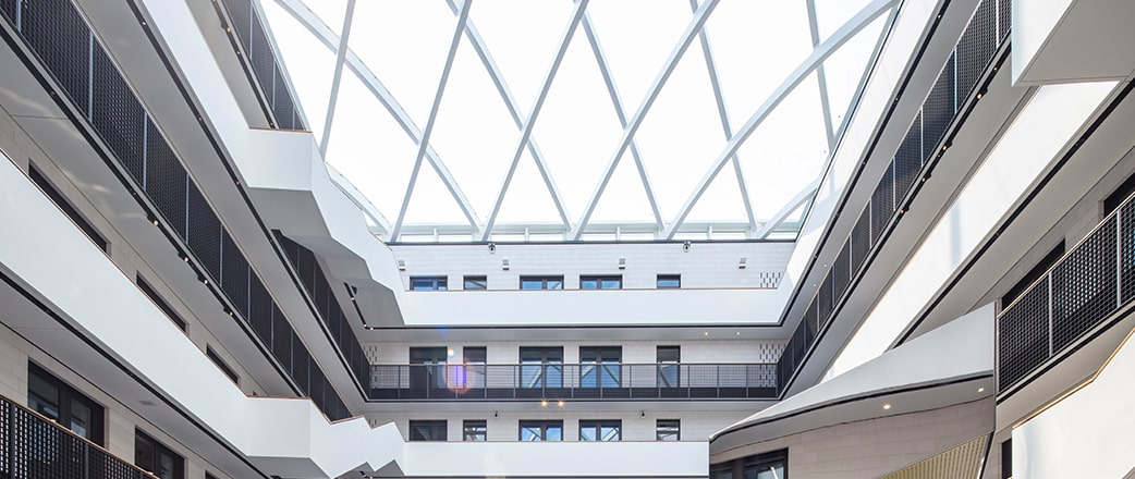 The office building Zeisehof and its light atrium.