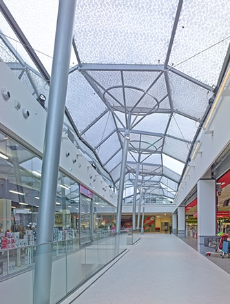 The refurbishment of the L'ilo Centre Commercial Auchan shopping center has transformed the town center of Epinay-sur-Seine.