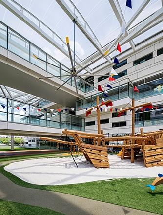 Early Learning Village mit Texlon® ETFE-System von Vector Foiltec als Vordächer für die Spiel- und Lernbereiche im Freien.