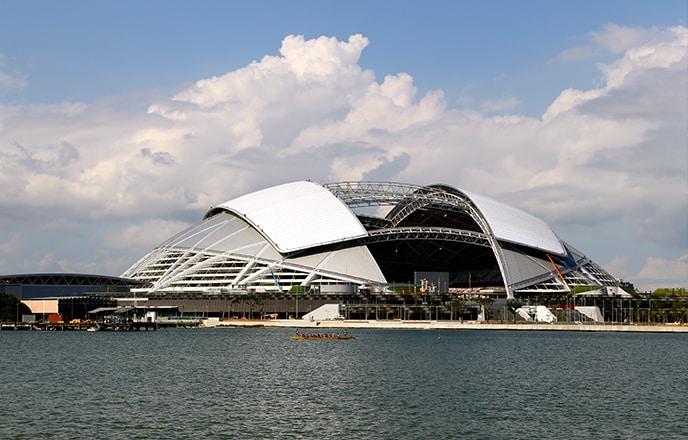 Aus diesem Grund hat der Architekt ein bewegliches Dach entworfen, das sich in nur zwanzig Minuten vollständig öffnen oder schließen lässt.
