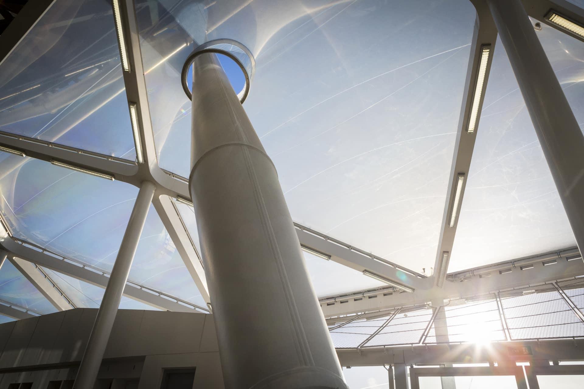Das System wurde so um die Stahlsäulen konstruiert, dass sie durch die Mitte des Texlon® ETFE-Kissens verlaufen.