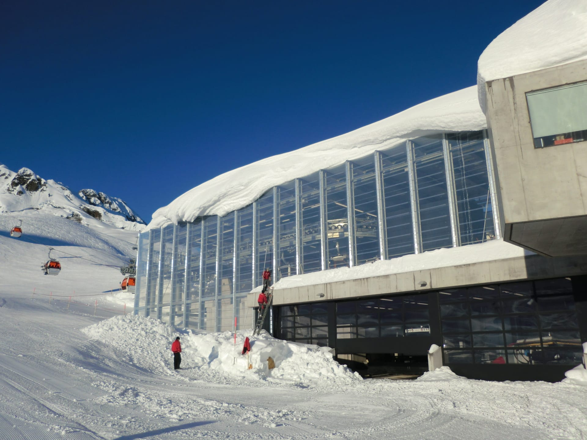 The Grasjoch Bahn is comprised of 2,435 m² of clear  and duable Texlon® ETFE foil