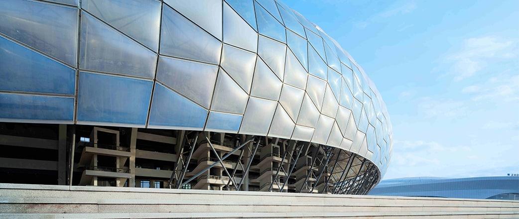 Architectural Design & Research von HIT und Nadel & Hwa Associates wählten Texlon® ETFE als Verkleidung, um diese komplexe, elliptische Form des DaLian-Stadions abzubilden.