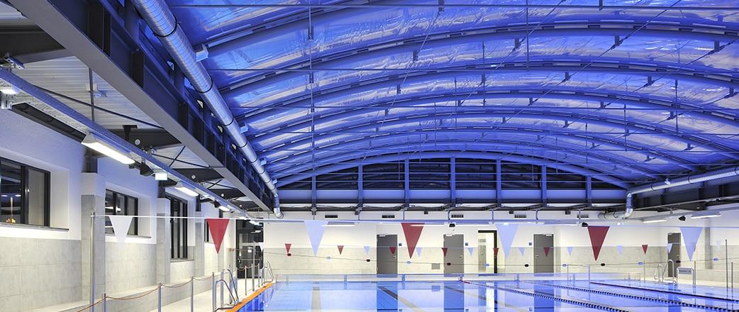 Besucher können das Gefühl genießen, auch in den kälteren Herbst- und Wintermonaten draußen in der Wärme des Schwimmbades zu sein.