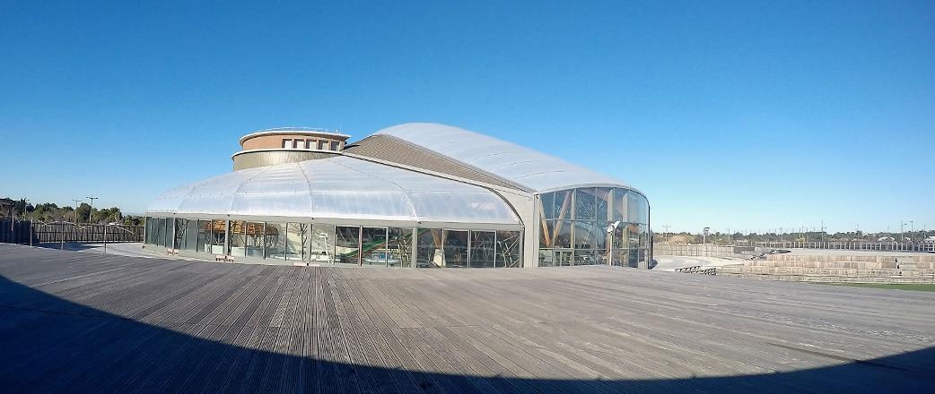 Der Innenschwimmbereich der Freizeiteinrichtung Archipel La Cité de L'eau ist mit einem ansprechenden Texlon® ETFE-System abgedeckt.
