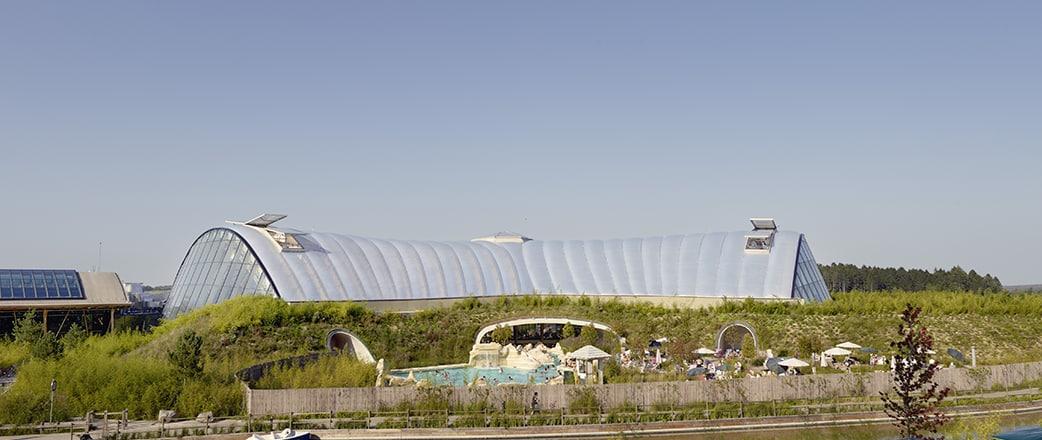 Das natürliche Licht des hohen Texlon® ETFE-Daches spendet eine sonnenverwöhnte Atmosphäre, die das Wachstum tropischer Blätter fördert.