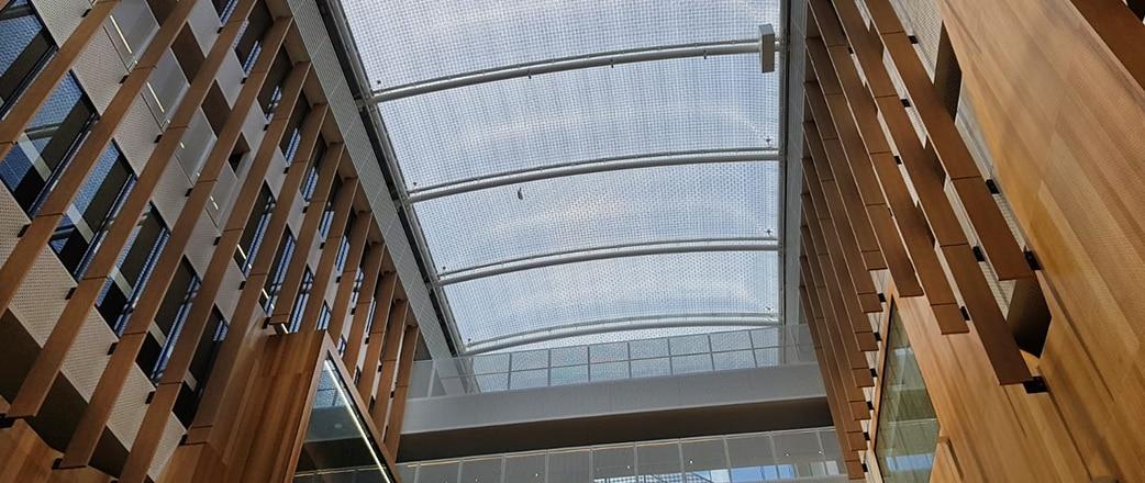 Unser Texlon® ETFE-System überdacht das Zentrum der Botanic High School und schafft ein wunderschönes Atrium mit einer Größe von 403 m².