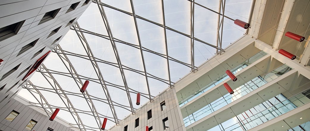 Die transparente Texlon® ETFE Überdachung des 600 Quadratmeter großen Innenhofs unterstützt das kommunikative Konzept des HOLM.