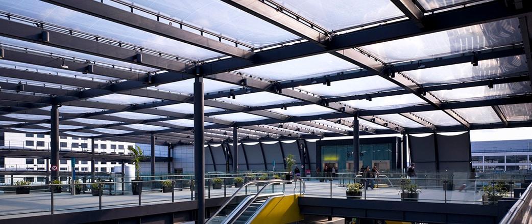 Das abgestufte ETFE-Dach bietet Passagieren Schutz, die am North Terminal Interchange des Flughafens Gatwick ankommen.