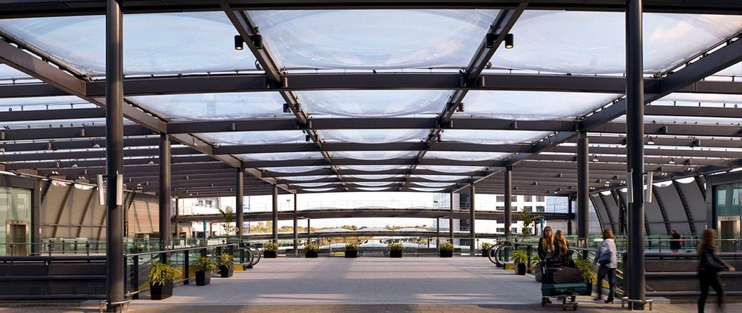 Im Rahmen des North Terminal Landside Development Program von Gatwick haben wir die Texlon® ETFE-Technologie in die Überdachung des NTI-Bahnhofs (North Terminal Interchange) eingebaut.