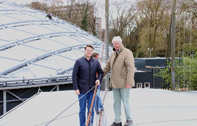 Stefan und Philipp Lehnert auf der ehemaligen Mangrovenhalle von 1982. Die neue Mangrovenhalle aus dem Jahr 2017 im Hintergrund.