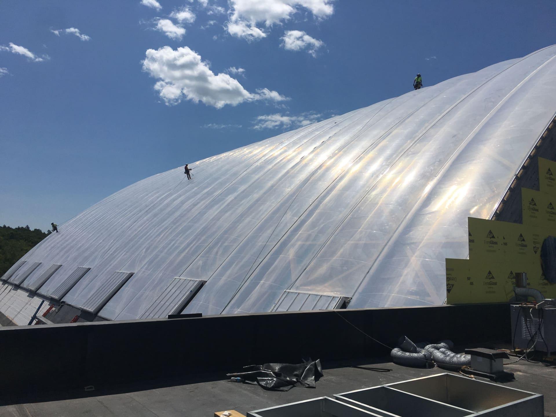 Das transparente Texlon® ETFE-Dach im Kartrite Freizeitbad ermöglicht die richtige Lichtdurchlässigkeit, damit Sie sich wie im Freien fühlen.