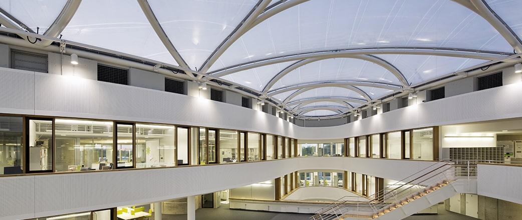 Leichte Folienkissen aus Texlon® ETFE überspannen den Innenhof des Zentrums für Freie-Elektronen-Laserwissenschaft (CFEL) in Hamburg.