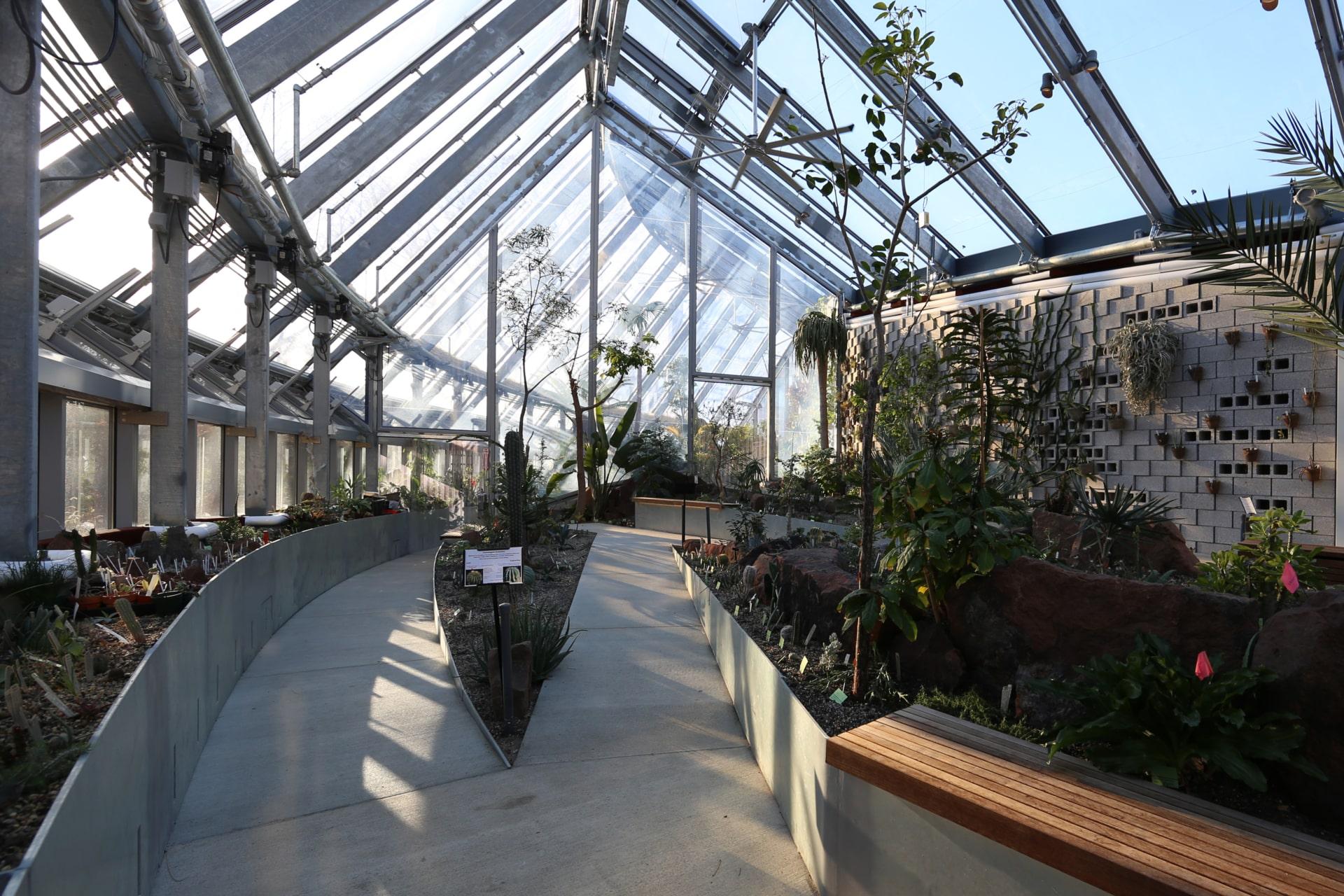 Die Global Flora am Wellesley College hat das Design eines nachhaltigen Gewächshauses mit Texlon ETFE-Dächern und Wänden neu interpretiert.