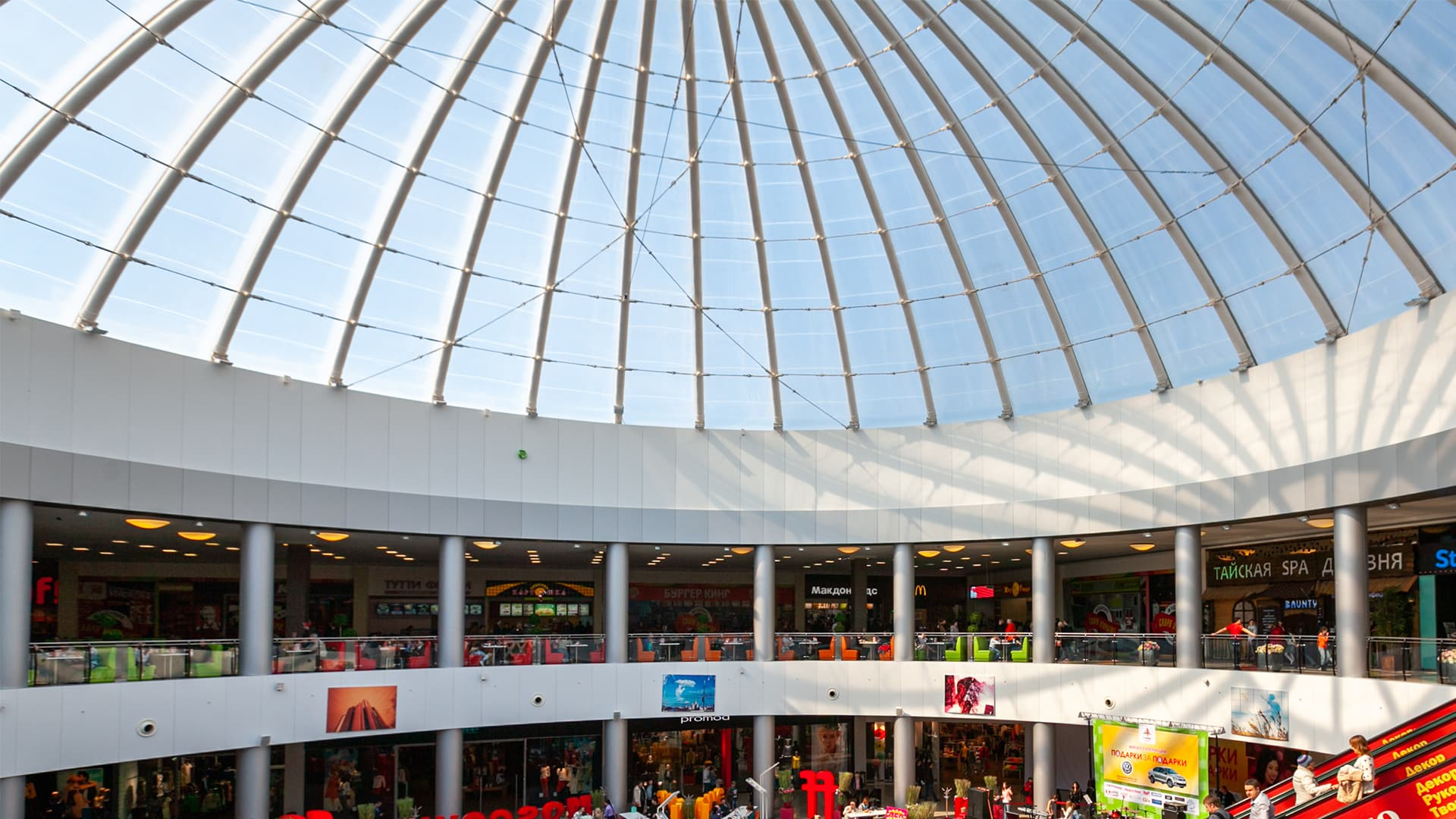 1,950 m² of Texlon® ETFE cushions span over three dome structures at City Park Grad shopping mall in Voronezh, Russia.