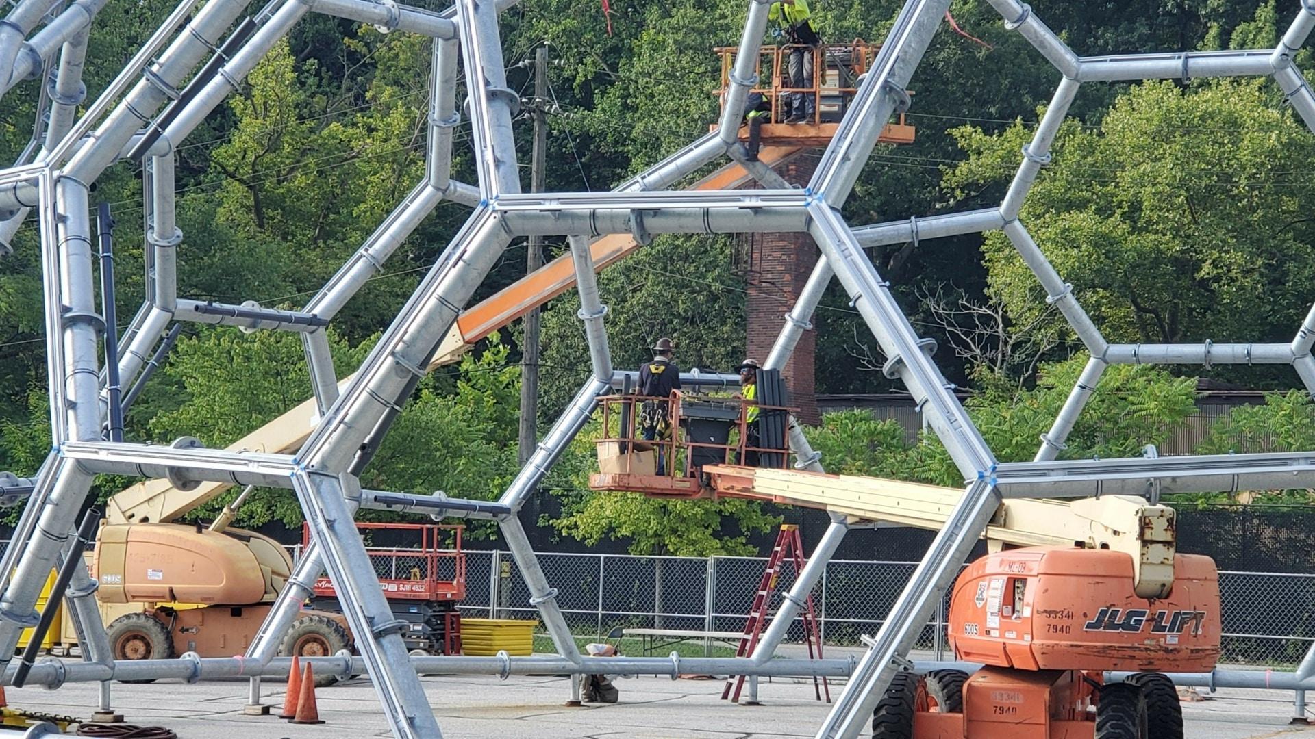 Nahaufnahme der komplexen Stahlkonstruktion, bevor sie auf das Dach gehoben wurde.